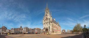 Panorama foto van het stadhuis en de markt van Gouda van Hermen Buurman