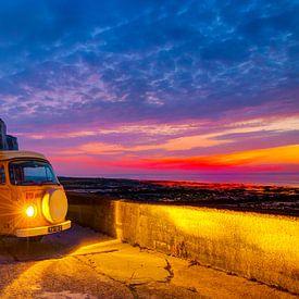 Hippiebusje Volkswagen T2 tijdens krachtige zonsondergang in Normandië, Frankrijk bij het strand met sur Dexter Reijsmeijer