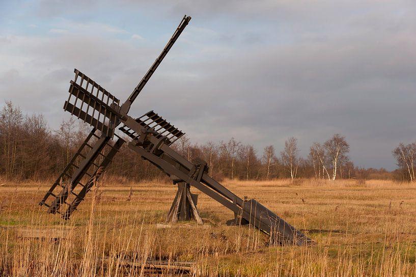 Pompe à eau Moulin à vent dans la prairie. sur Brian Morgan