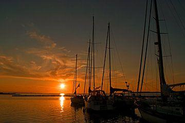 Zeilboten op de Grevelingen bij zonsondergang van Judith Cool