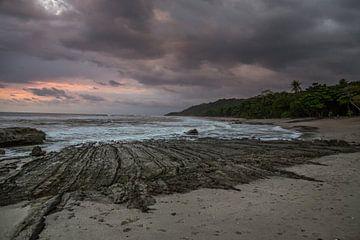 Ondergaande zon boven de stille oceaan van Julian Buijzen