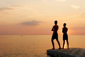 Zwei Jungen am Meer von Harry Wedzinga