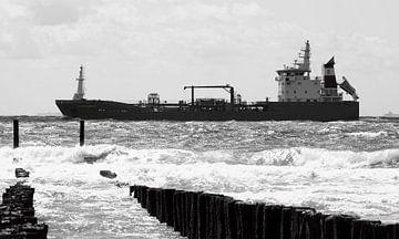 Schiff passiert Wellenbrecher von MSP Canvas