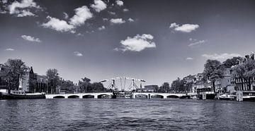 Die weisse Brücke in der Mitte der Amstel vor dem Theater Carré bei herrlichem Sonnenschein im Somme von Studio de Waay