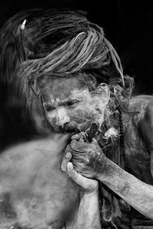 Blowende Sadhu tijdens Kumbh Mela in Haridwar, India