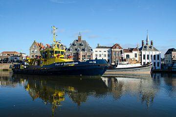 Modern schip naast sleper ss Furie van Maurice Verschuur