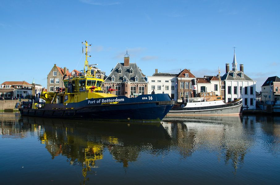 Modern schip naast sleper ss Furie
