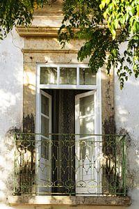Openslaande deuren op balkon in Barcelona van Irene Lommers