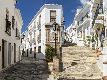 Calle Real in het witte dorp Frigiliana in Andalusië van René Weijers