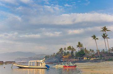 Traditionele Indonesische vissersboten op het strand van Candidasa op Bali van Marc Venema