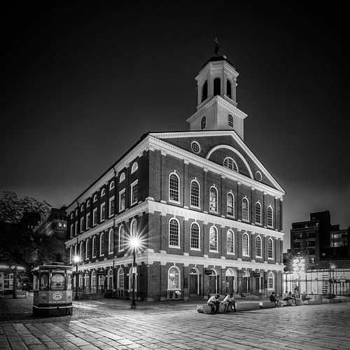 BOSTON Faneuil Hall in de avond | zwart-wit van Melanie Viola