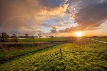 Lever de soleil sur la Meuse près de Den Bosch, Pays-Bas sur Marcel Bakker