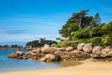 Pink Granite Coast in Brittany near Ploumanach van Rico Ködder