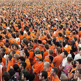 Panorama van mensenmassa, kijkend naar Nederlands elftal op video scherm van Frans Lemmens