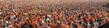 Panorama van mensenmassa, kijkend naar Nederlands elftal op video scherm