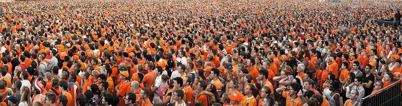 Panorama von Menschenmengen, die die niederländische Nationalmannschaft auf Videoleinwand beobachten von Frans Lemmens