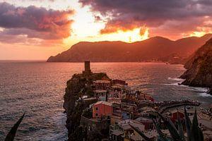 Zonsondergang Vernazza - Cinque Terre - Italie van Lizanne van Spanje
