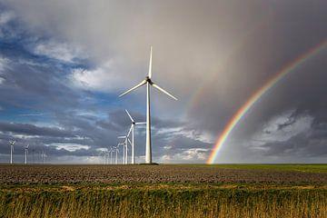 Windmolenpark Eemshaven met regenboog van Peter Bolman