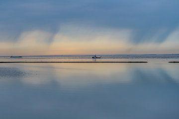 Verstild Wad nabij Holwerd met spiegelende regenwolken van Harrie Muis