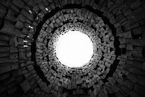 Vreemde poort en trompet in de lucht. Donkere tunnel en licht, symbool van de dood zwart en wit beel