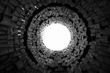 Vreemde poort en trompet in de lucht. Donkere tunnel en licht, symbool van de dood zwart en wit beel van Michael Semenov