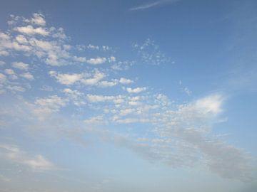 Wolkenlucht van Suzanne de Jong