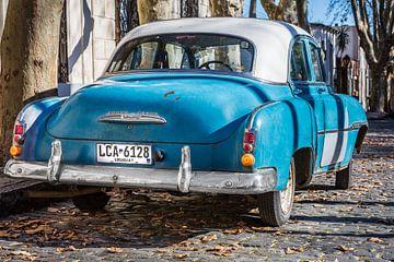 Klassieke Chevrolet de Luxe 1952 met wit dak in de straten van Uruguay