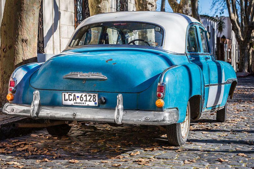 Chevrolet de Luxe 1952 classique avec toit blanc dans les rues d'Uruguay sur Jan van Dasler