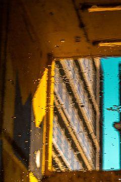 Urban scene reflection yellow and blue van Oscar Limahelu