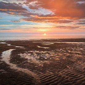 Nederlandse kust met zonsondergang van Björn van den Berg