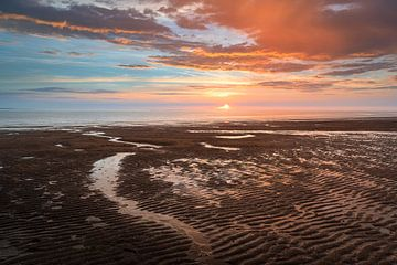 Nederlandse kust met zonsondergang