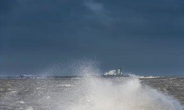 Storm aan de Zuidpier van IJmuiden van Daan Kloeg