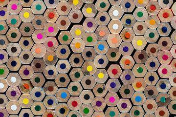 Achterzijde van gestapelde kleurpotloden als achtergrondfoto van Tonko Oosterink