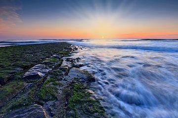 kleurrijke zonsondergang  langs de kust sur gaps photography