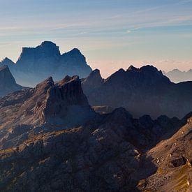 Landschap, bergen, panorama in de Alpen bij zonsopkomst met mist en ochtend nevel, Italië van Frank Peters