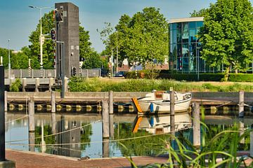 Schwimmen auf dem Wasser im Kanal von J..M de Jong-Jansen