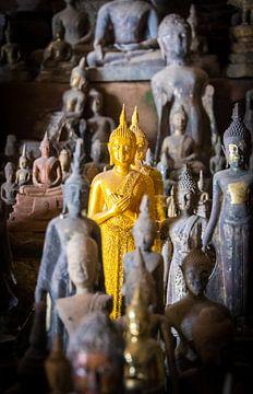 Primus inter pares, gouden boeddha beeldje te midden van vele, Laos van Rietje Bulthuis