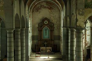Een verlaten kerk interieur