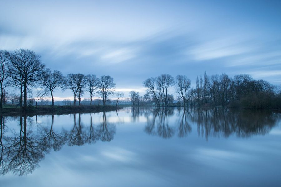 Overstroomde rivier de Dinkel  (long exposure) van Art Wittingen