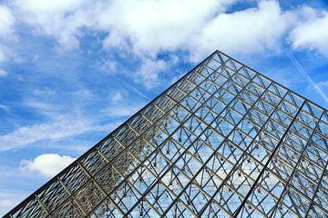 Louvre piramide blauwe lucht met wolken