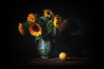 Stilleben mit Sonnenblumen und Zitrone. von Saskia Dingemans