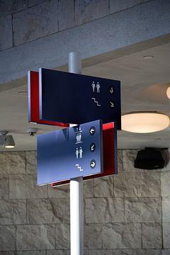 Borden met symbolen voor toilet, trappenhuis en lift van Christophe Fruyt