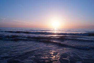 golven in zonsondergang
