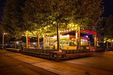 Een cafe in de avond van Rotterdam van Petra Brouwer