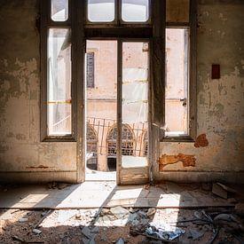 Raam in Verlaten Gebouw met Zonlicht. van Roman Robroek