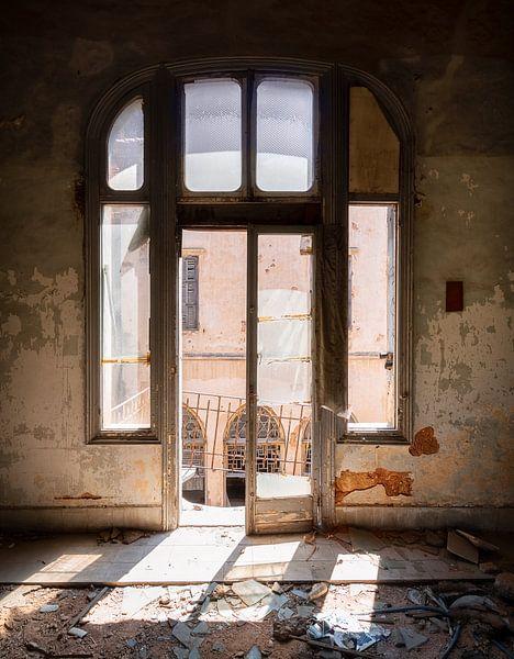 Fenster in verlassenem Gebäude mit Sonnenlicht. von Roman Robroek