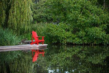 Roter Strandkorb spiegelt sich im glatten Wasser von Patrick Verhoef