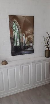 Klantfoto: Verlaten galerij in een vervallen ziekenhuis. van Frans Nijland