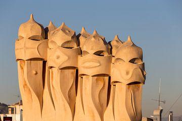 Schoorstenen Casa Mila in Barcelona van Maarten Hoek