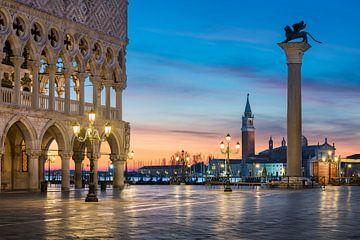 San Marco plein in Venetië bij nacht van Michael Abid